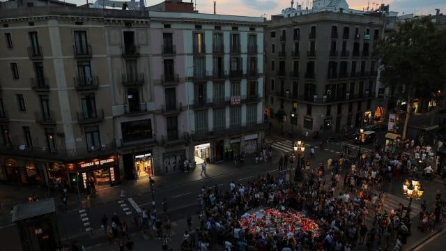 Duka di Barcelona Membuat Masyarakat Menyalakan Lilin