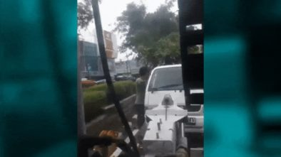 Mobil Pria Ini Diderek Dishub, Tak Terima Nekat Gelantung Dimobil