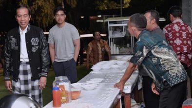 Jokowi Makan Bareng dengan Paspampres di Malam Tahun Baru 2019