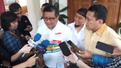 Hasto Menilai Cinta Laura Lebih Layak Jadi Presiden Dibanding Prabowo