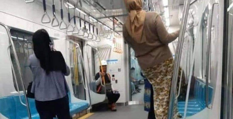 Pihak MRT Sesalkan Perilaku Penumpang yang Gelantungan hingga Injak Kursi