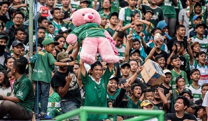 UNICEF kagumi Aksi Bonek Lempar Boneka di Stadion Gelora Bung Tomo