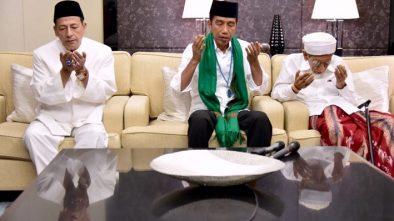 Jokowi Diberi Tasbih oleh Habib Luthfi dan Serban oleh Mbah Moen