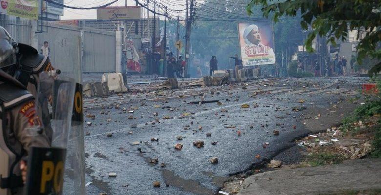 Massa Ricuh di Slipi Bentangkan Poster Imam Besar FPI Habib Rizieq Shihab