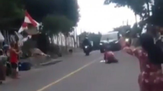 Viral Video Emak-emak Tiduran di Jalan Hadang Mobil Jokowi