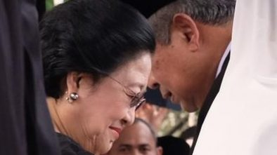 Momen SBY Salami Megawati di Pemakaman Ani Yudhoyono