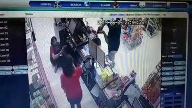 Terekam CCTV Perampok Bersenjata Api Bobol Minimarket di Bali