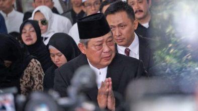 Video SBY Menangis Tersedu saat Menyalami Pelayat Ani Yudhoyono