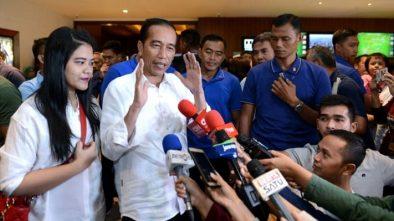 Puas Nonton Film Dilan 1990, Jokowi Acungkan Dua Jempolnya